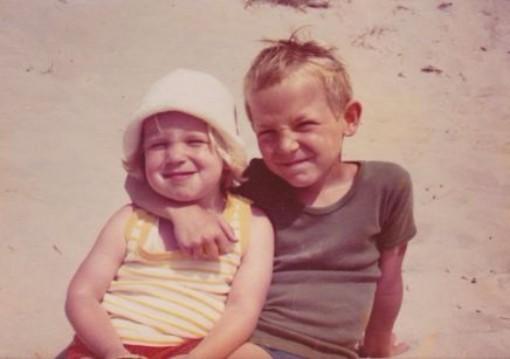 Med verdens bedste storebror, som godt nok er ved at kvæle mig. (Men HVORFOR ligner jeg Christian Kjær ... ? Mor??)